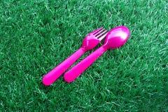 Розовый цвет пластичных ложки и вилки Стоковое Фото