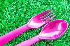 Розовый цвет пластичных ложки и вилки Стоковая Фотография