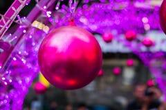 Розовый шарик в фестивале рождества и Нового Года Стоковые Фотографии RF