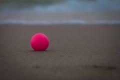 Розовый шарик на пляже, макрос Стоковые Изображения RF