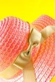 Розовый bonnet соломы Стоковое Фото