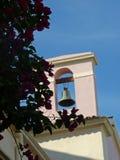 Розовый bougainvillaea с церковью стоковые изображения rf