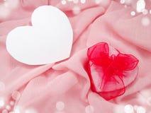 Розовый silk материал с концепцией влюбленности формы подарочной коробки сердца Стоковое Фото