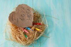 2 розовых бумажных сердца в малом гнезде на деревянной предпосылке Стоковые Фото