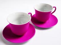 2 розовых керамических чашки на белой предпосылке Стоковое Фото