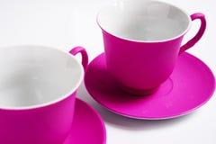 2 розовых керамических чашки на белой предпосылке Стоковые Изображения