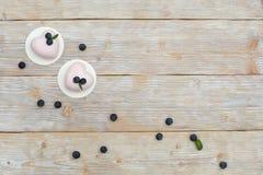 2 розовых мини торта в форме сердца Стоковое Фото