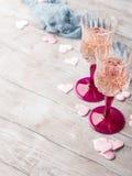 2 розовых стекла шампанского на романтичная дата Стоковое Фото