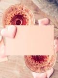 2 розовых стекла шампанского с чистым листом бумаги тонизировали карточку Стоковое Изображение RF