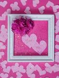 2 розовых Харта который говорят вас и я в рамке с цветками Стоковое Изображение