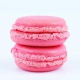 2 розовых macaroons изолированного на белизне Стоковое Фото