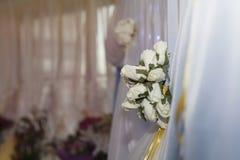 розы белые желтый цвет венчания тесемки украшения нутряной Стоковые Фотографии RF