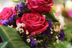 Розы букета аранжировали малую глубину сохраненный Стоковое Изображение