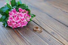 розы букета розовые произведенное 3d венчание кольца изображения Взгляд сверху скопируйте космос офис bucharest c e Стоковые Фото