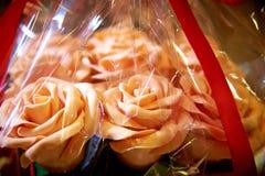 Розы букета съестные белого шоколада в конце-вверх создания программы стоковое фото