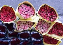 Розы букетов для продажи на florist& x27; магазин s с бумагой Стоковые Изображения RF