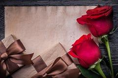 Розы винтажного чистого листа бумаги красные естественные присутствующие Стоковые Изображения RF