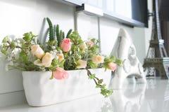 Розы в баке украшенном в комнате Стоковые Изображения RF