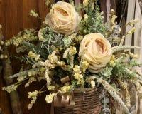 розы в флористическом украшении в плетеной корзине Стоковое Изображение