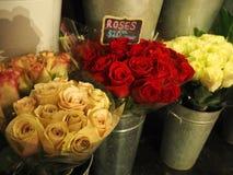 Розы для продажи на рынке Стоковая Фотография RF