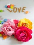 Розы завертывают в бумагу с сердцами Стоковые Фотографии RF