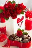 Розы и конфеты шоколада на день Валентайн Стоковая Фотография