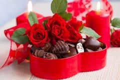 Розы и конфеты шоколада на день Валентайн Стоковые Фото