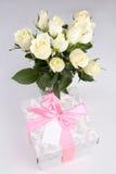 Розы и подарочная коробка с пустой карточкой для текста Стоковые Изображения