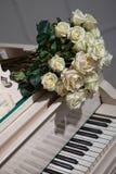 Розы и рояль Стоковые Фото