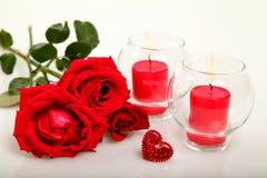 Розы и свечки стоковые изображения rf
