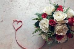 Розы и сердца на борту, предпосылка дня валентинок, wedding Стоковые Изображения RF