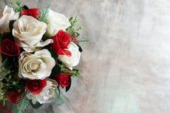 Розы и сердца на борту, предпосылка дня валентинок, wedding Стоковая Фотография