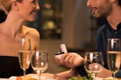 розы кольца предложения замужества захвата диаманта букета Стоковые Изображения RF