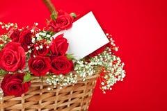 розы красного цвета карточки корзины Стоковые Фото
