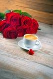 розы красного цвета кофейной чашки Стоковое фото RF