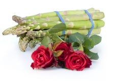 розы красного цвета пачки спаржи Стоковое Фото