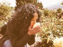 Розы милого брюнет пахнуть винтажные Стоковые Фото
