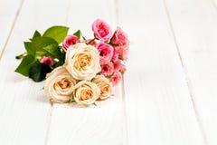 Розы на белой деревянной предпосылке планок Цветы Стоковые Изображения