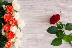 Розы на деревянной предпосылке Стоковое Изображение