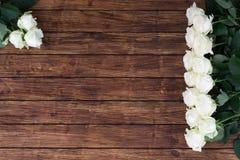 Розы на деревянной предпосылке Стоковые Фотографии RF