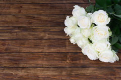 Розы на деревянной предпосылке Стоковая Фотография