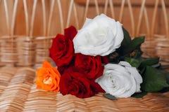 Розы на предпосылке соломы Стоковая Фотография