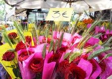 Розы на рынке, фиеста Сан Jordi, Барселона, Каталония Стоковая Фотография