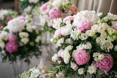 розы перлы приглашения украшения декора карточки boutonniere предпосылки wedding белизна красивые составы цветка свежих цветков к Стоковое Изображение RF