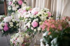 розы перлы приглашения украшения декора карточки boutonniere предпосылки wedding белизна красивые составы цветка свежих цветков к Стоковая Фотография RF