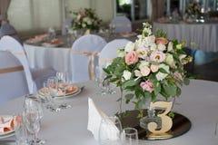 розы перлы приглашения украшения декора карточки boutonniere предпосылки wedding белизна Цветки в ресторане, сервировке стола Стоковые Фотографии RF