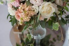 розы перлы приглашения украшения декора карточки boutonniere предпосылки wedding белизна Цветки в ресторане, сервировке стола Стоковая Фотография