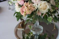 розы перлы приглашения украшения декора карточки boutonniere предпосылки wedding белизна Цветки в ресторане, сервировке стола Стоковые Изображения RF