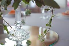 розы перлы приглашения украшения декора карточки boutonniere предпосылки wedding белизна Цветки в ресторане, сервировке стола Стоковые Изображения