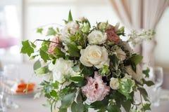 розы перлы приглашения украшения декора карточки boutonniere предпосылки wedding белизна Цветки в ресторане, сервировке стола Стоковые Фото
